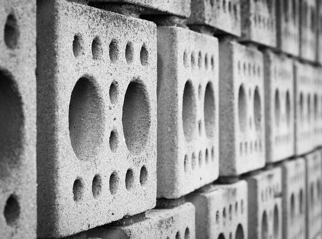 zeď z betonových odlitků