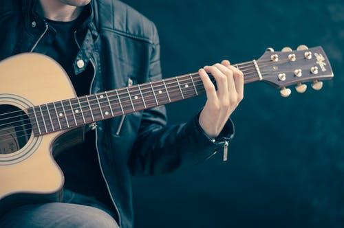 muž kytara