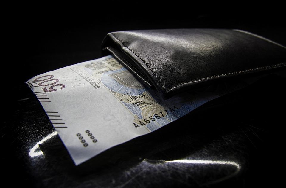 pětistovka s peněženkou